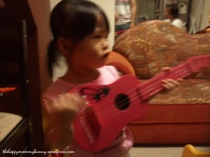 yui plays guitar