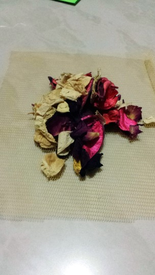 Step 6: Put scented dried flowers in the middle of the tulle