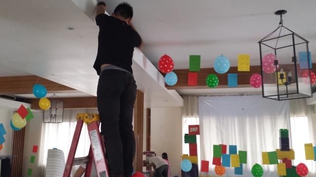 Epoy putting up the decor